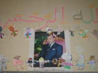 王様の上下に飾られた2年生の切り絵