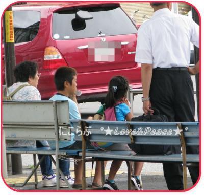 バスを待つ二人