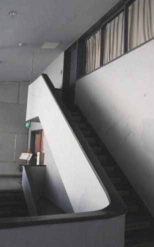 三階への階段