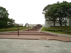 階段の上に見える白い建物が歴博の入り口