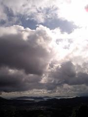 年の峠の春の雲