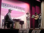 ケーナ、ボンボ、ギターにピアノの編成