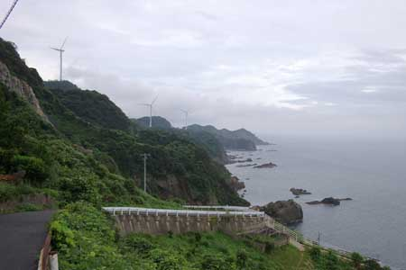 風車の並ぶ海岸