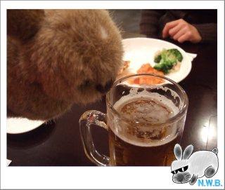 こそらくんビールを飲む