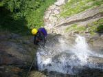 6大滝一段目40m落ち口に迫る吉川さん