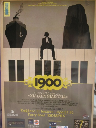 街角に貼られた、舞台「1900」のポスター