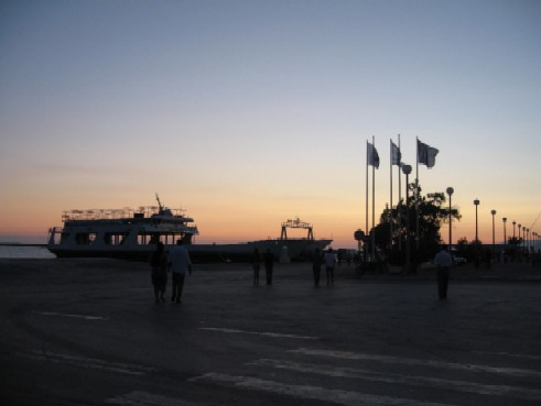 夕暮れ時のパトラス港に停泊する、観劇の会場となったフェリー。
