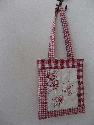赤いキルティングバッグ