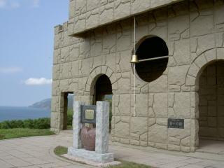 カランと鳴らす鐘と石碑