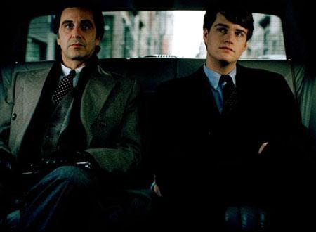 豪華リムジンでニューヨークを移動する2人