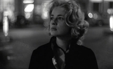 ジュリアンを捜し求め、街をさまようカララ夫人(ジャンヌ・モロー)