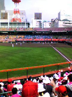 うす曇の広島市民球場