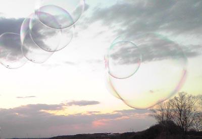 2009.2.24.snsシャボン玉と夕陽400x