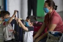 インフルエンザマスクをつける子供たち