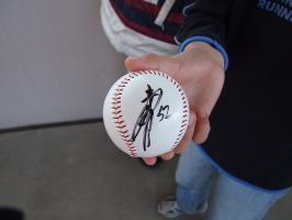 川崎選手のサインボールをキャッチ