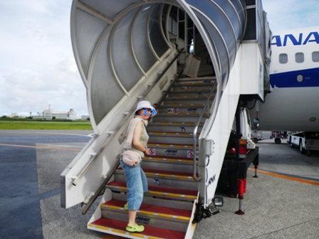 飛行機に乗り込む