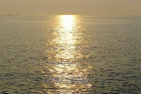 夕日が海に・・・