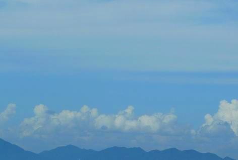 山沿いには入道雲があるのに