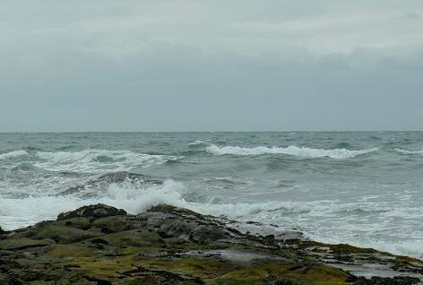 波が打ち寄せる・・・