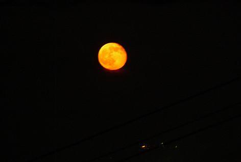 月が赤く・・・