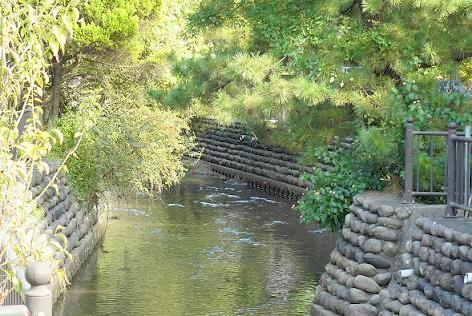 川が流れる町