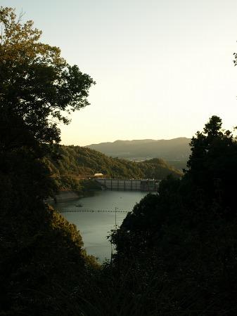 夕暮れのダム湖