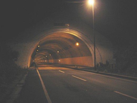 途中のトンネル