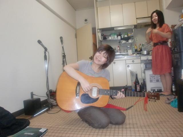 ギターを弾いている