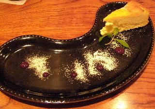 チーズケーキと豆型プレート