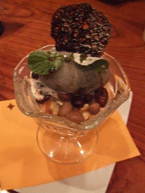 黒ゴマアイスと五種豆ぜんざいの和風パフェ