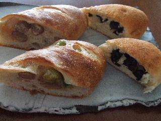 三色豆パンと黒豆パン