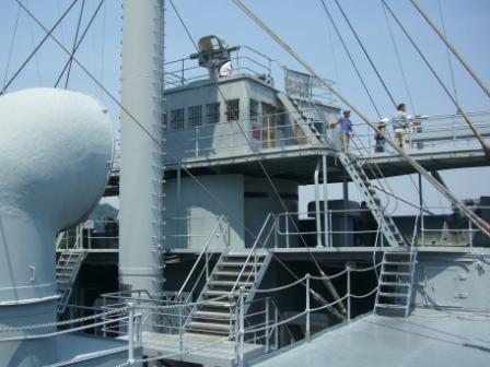 甲板から前艦橋を望む