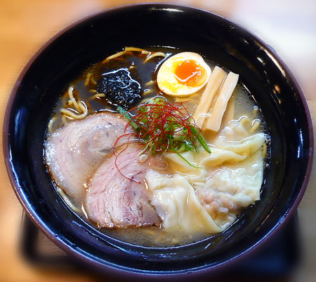 イカ墨ワンタン麺