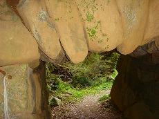 巨石のトンネル