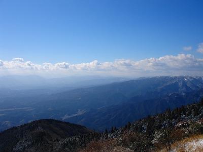 青山高原の向こうに台高の山