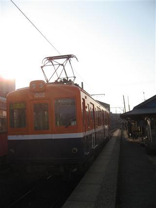 夕陽に輝く日の出電車