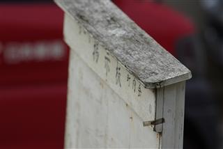 町内掲示板と郵便収集車