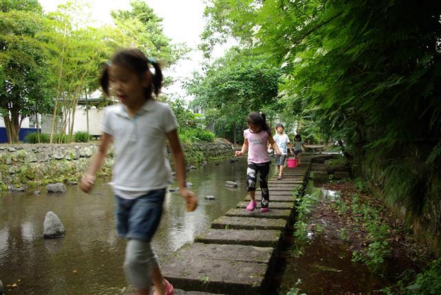 清流を走る子供