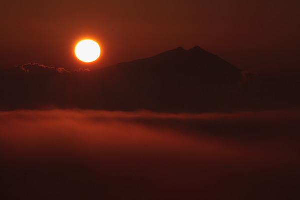 雲海に昇る日