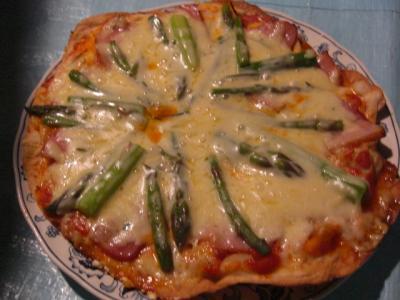 アスパラとベーコンのピザ