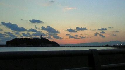 夕陽をバックに江の島