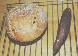 酸味のあるカンパーニュと焼き芋