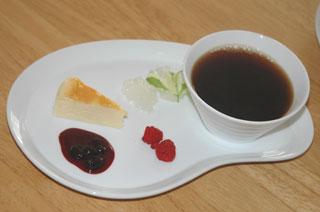 チーズケーキとハスカップのソース