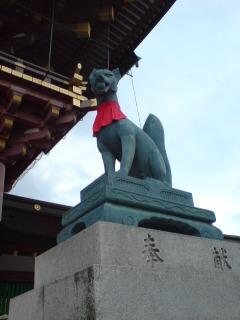 京都・伏見稲荷大社(狐さん・右)