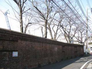 製絨所のレンガ塀
