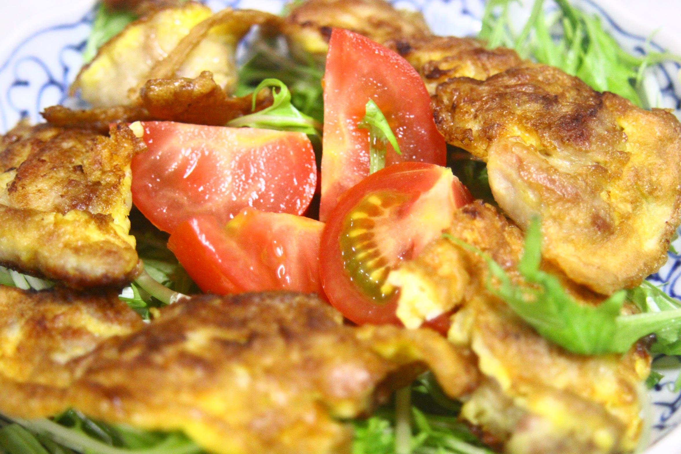 たまご焼きとトマトを使ったサラダ