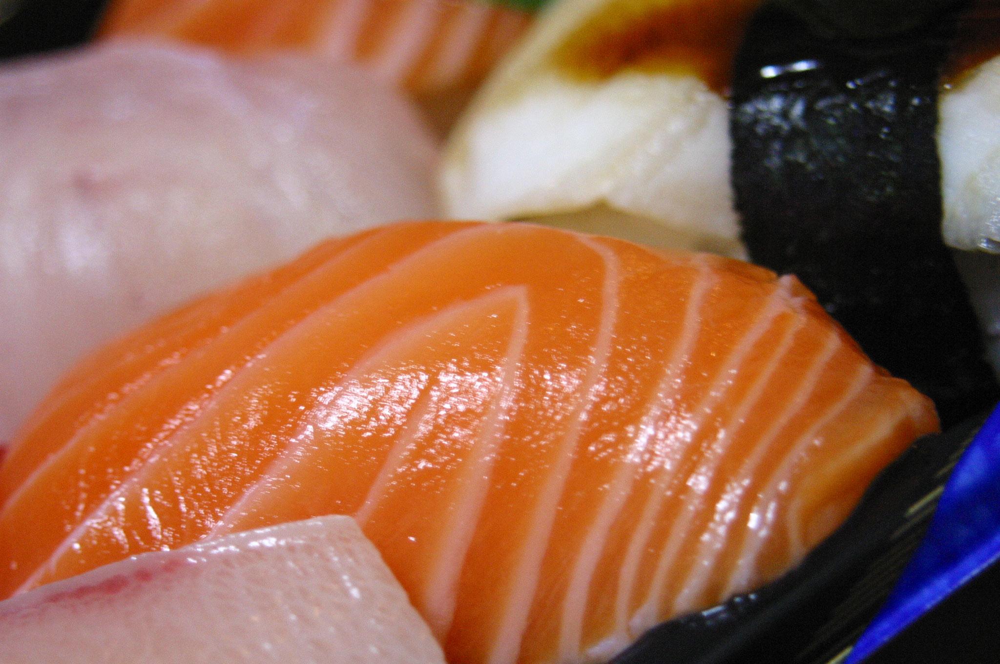 にぎり寿司のサーモン・春日野道向かいの茶月だったかな