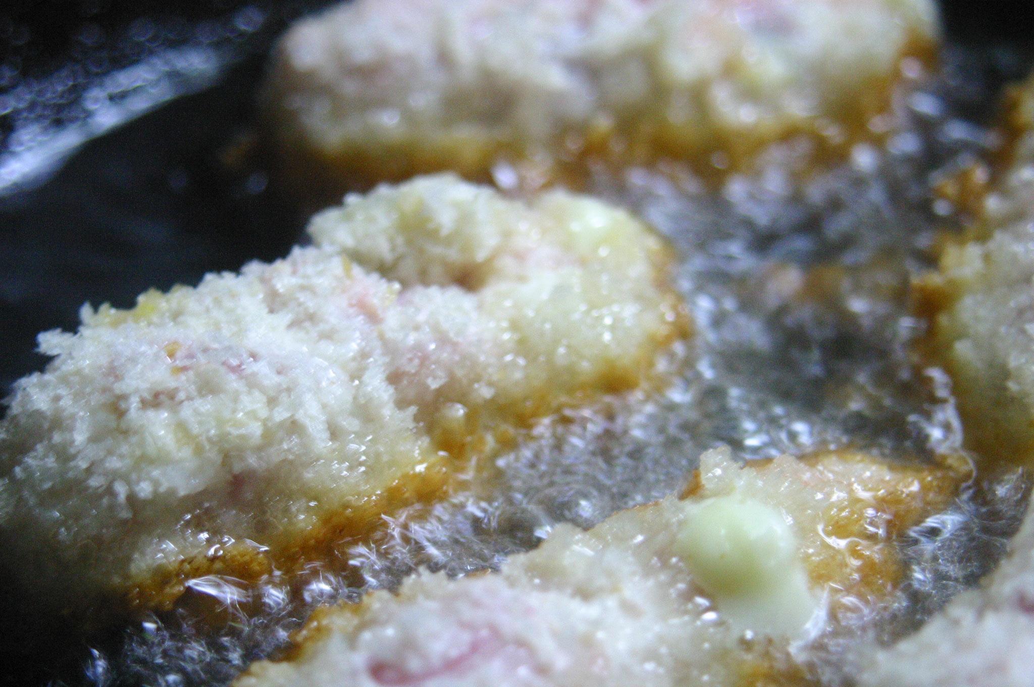 豚肉を何枚か重ねて中ににんじん、アスパラを挟んだ揚げ物