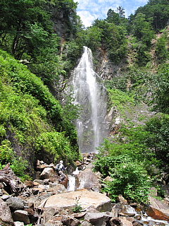 初日の最上流魚止めの滝、手前は町田さん