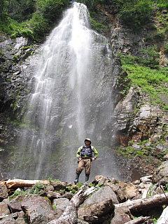 滝の前でポーズ